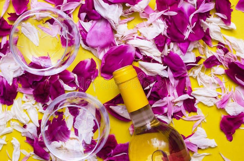Copa y botella con el vino fotos de archivo libres de regalías