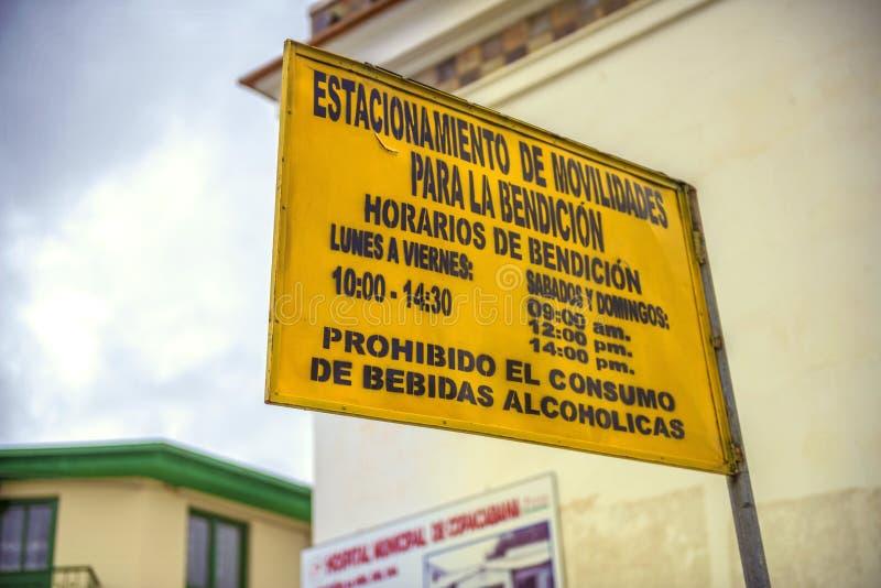 COPACABANA BOLIWIA, STYCZEŃ, - 3: Znak uliczny wskazuje sche obrazy stock
