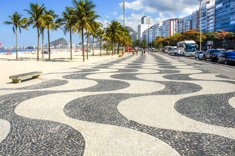 Copacabana com o mosaico do passeio em Rio de janeiro imagens de stock royalty free