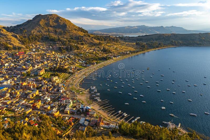 Copacabana pelo lago no por do sol, Bolívia Titicaca fotos de stock royalty free