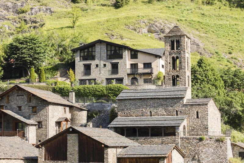 Copain de village dans les Pyrénées en Andorre avec l'église romane photo libre de droits