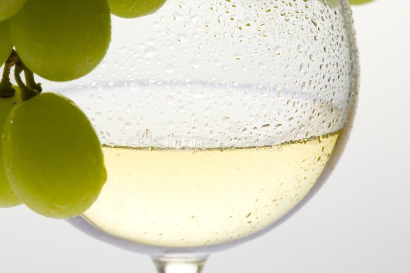 copas de vino con vino blanco y uva foto de archivo libre de regalías