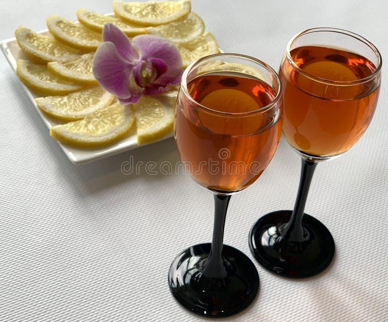 Copas de vino con el coñac y el limón con el azúcar Día de fiesta, platos hermosos fotografía de archivo libre de regalías