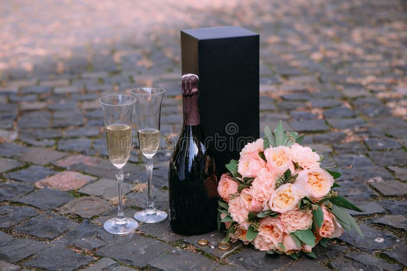 copas de vino determinadas románticas de las flores del champán afuera fotografía de archivo