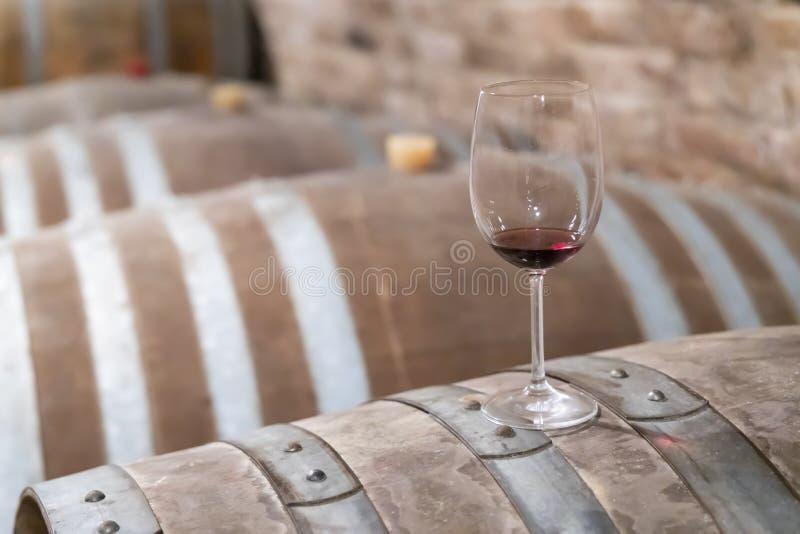 copas de vino en el barril, Szekszard, Hungr?a fotos de archivo