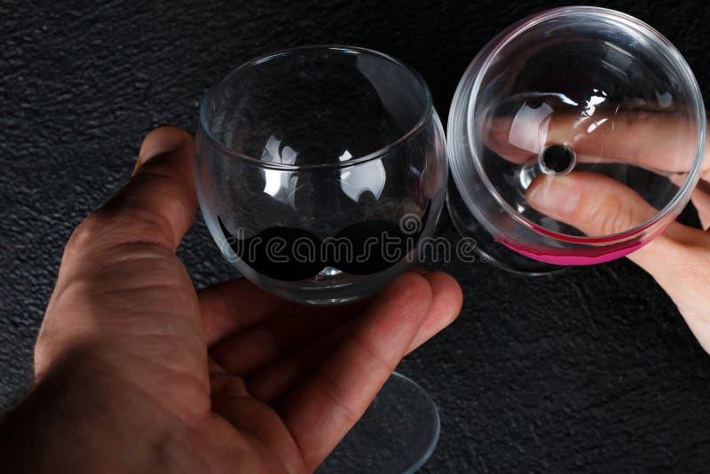 Copas de vino en manos fotos de archivo
