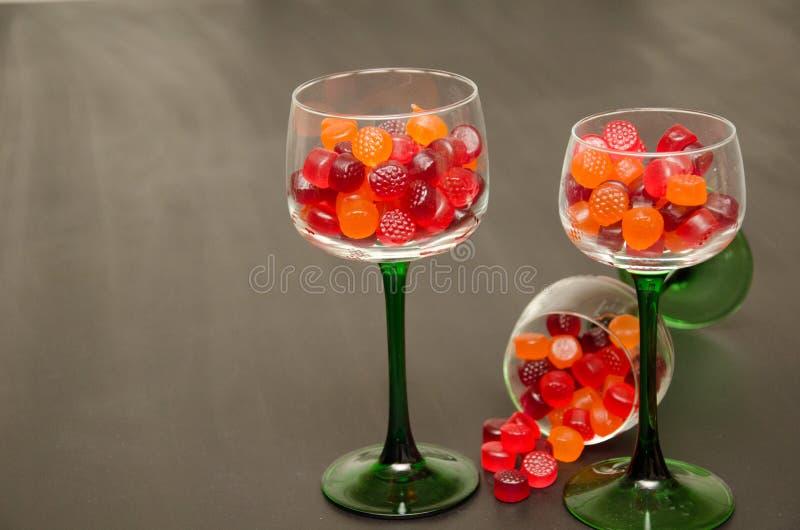 Copas de vino llenadas caramelo imagenes de archivo