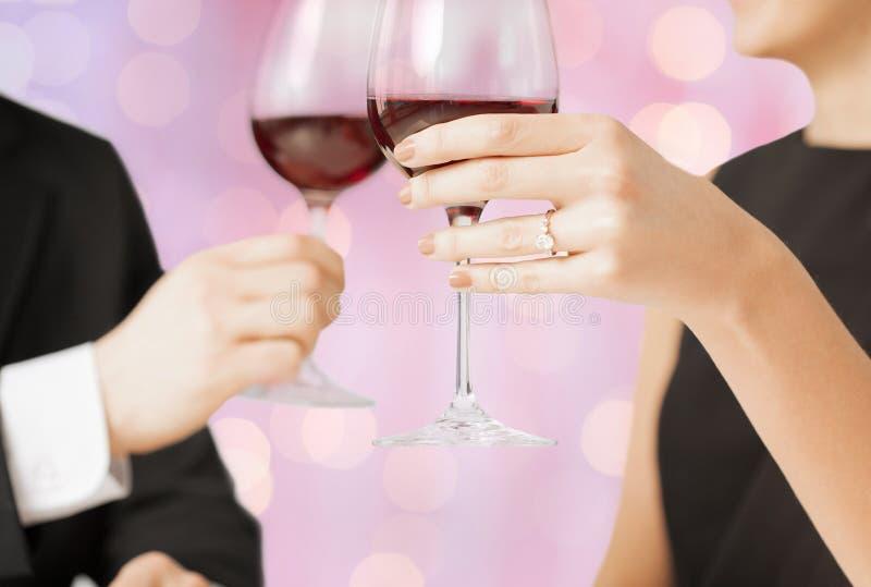 Copas de vino que tintinean dedicadas felices de los pares imagen de archivo libre de regalías
