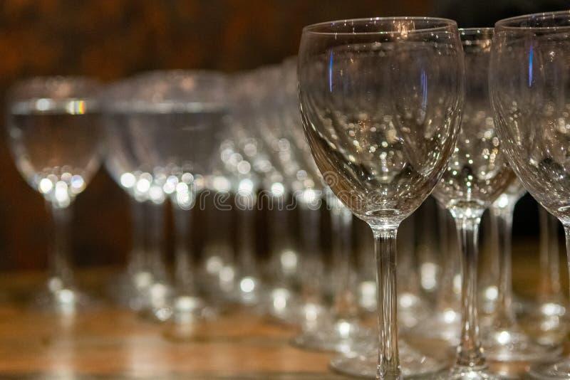 Copas de vino vacías de lado a lado fotos de archivo
