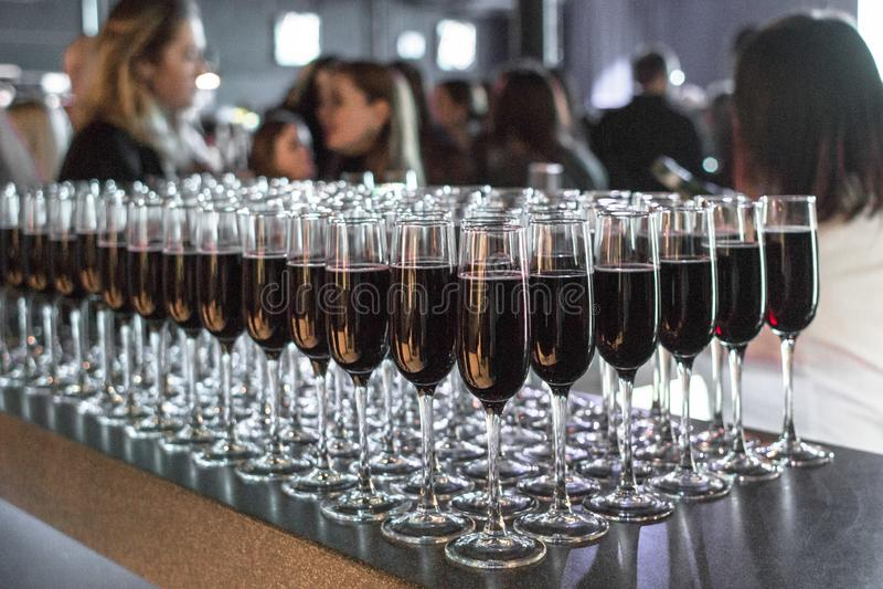 Copas de vino y champán en un partido corporativo fotografía de archivo