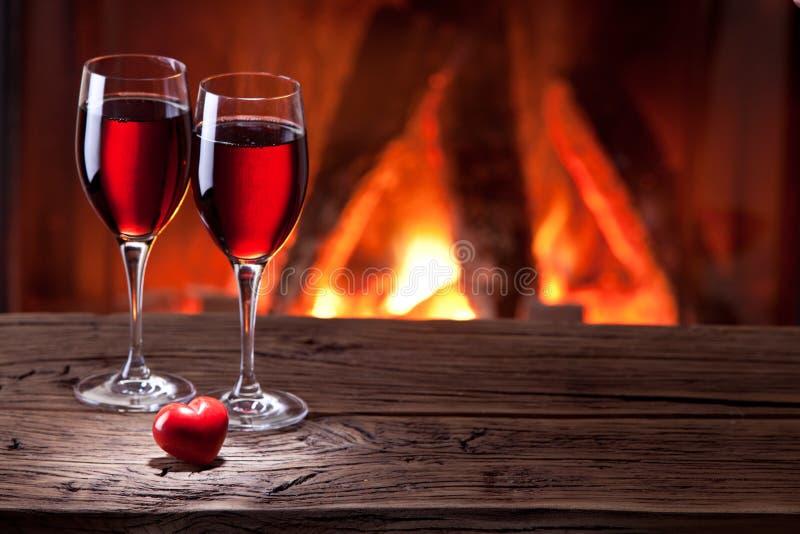 Copas de vino y un corazón. fotografía de archivo