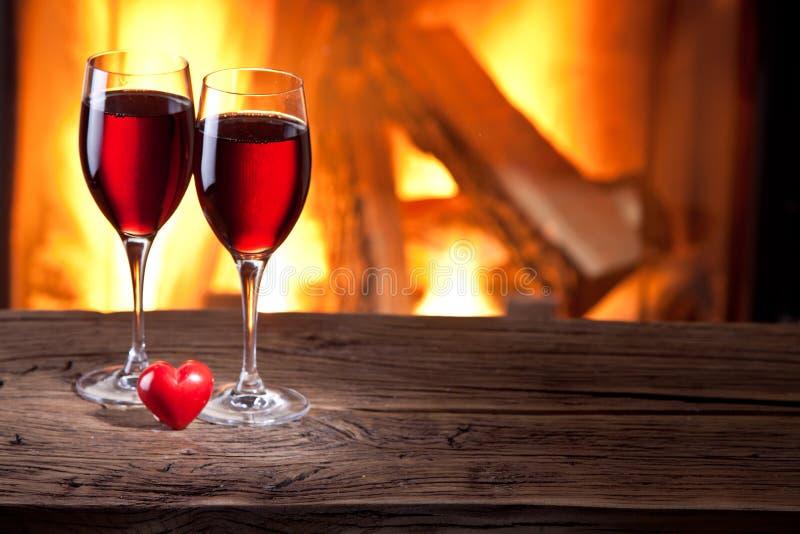 Copas de vino y un corazón. imagen de archivo
