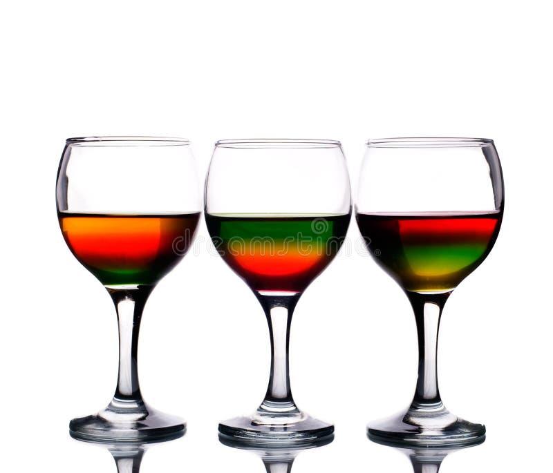 Copas llenadas del coctel multicolor fotografía de archivo libre de regalías