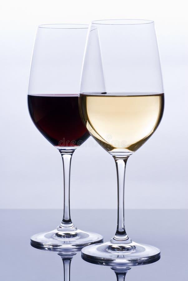 Copas llenadas del vino colorido imagenes de archivo