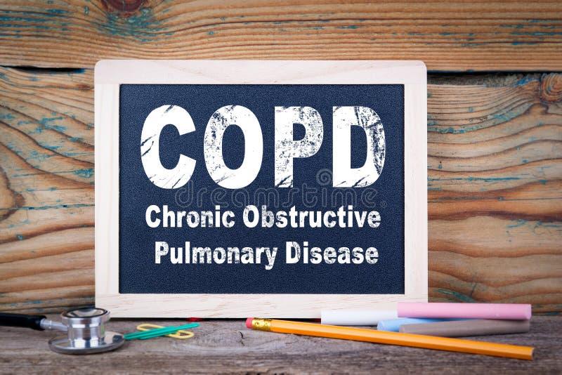 Copd,慢性阻塞性肺病 在木背景的黑板 免版税库存图片