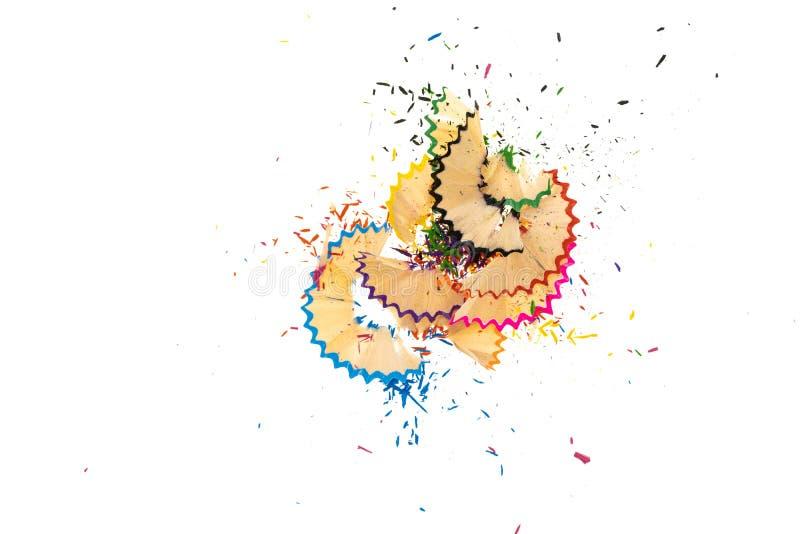 Copeaux en spirale en bois de crayon de l'affûteuse d'isolement sur le fond blanc photos stock