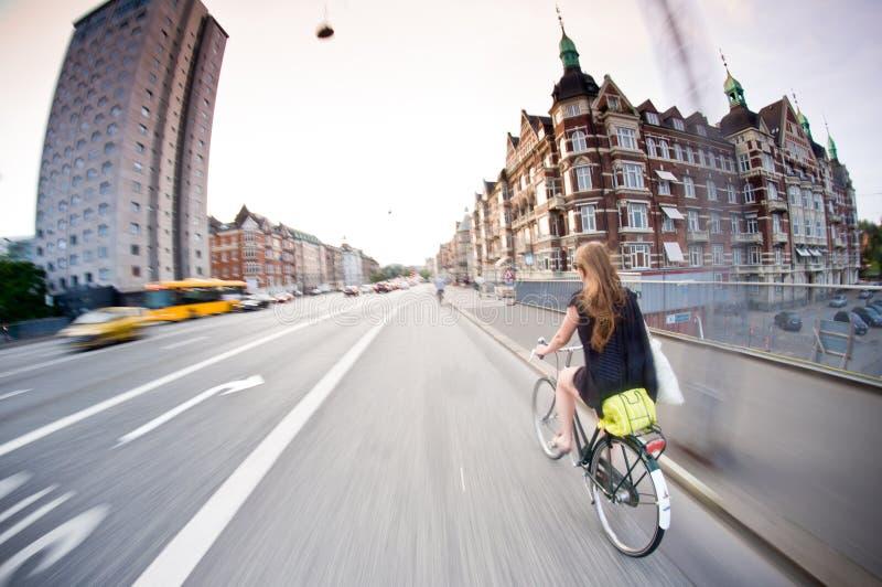 Copenhaga: bicicleta bonita da equitação da menina fotografia de stock