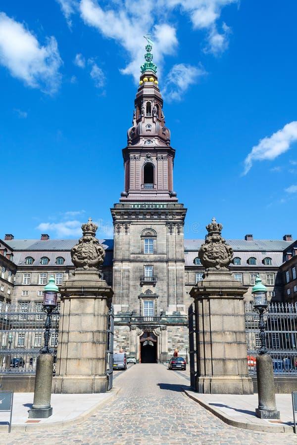 Copenhaga, Dinamarca - 9 de julho de 2018 Construção bonita do parlamento de Copenhaga, entalhe de Christiansborg Arquitetura foto de stock royalty free