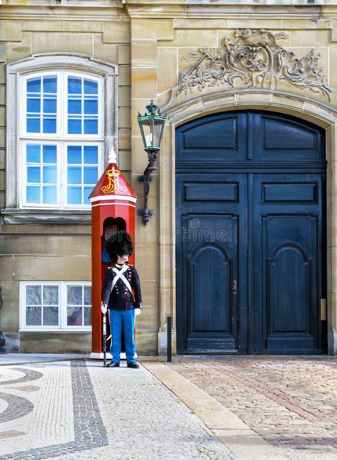COPENHAGA, DINAMARCA - 7 DE JULHO: Soldado dinamarquês que guarda o palácio de Amalienborg o 7 de julho de 2015 O palácio de Amal fotos de stock