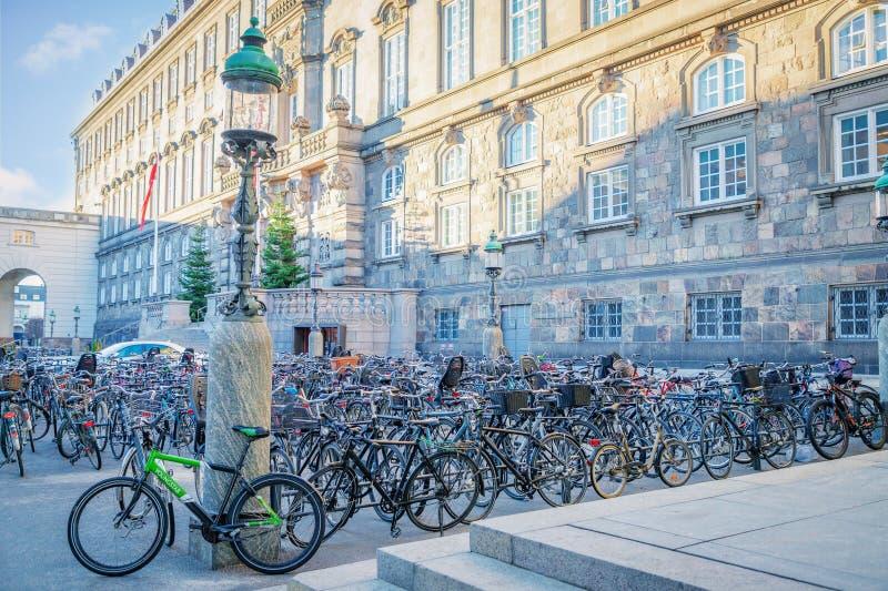copenhagen Denmark Listopad 27, 2018 Bicykle na rowerowym parking przed Duńskim parlamentu budynkiem Christiansborg zdjęcia stock