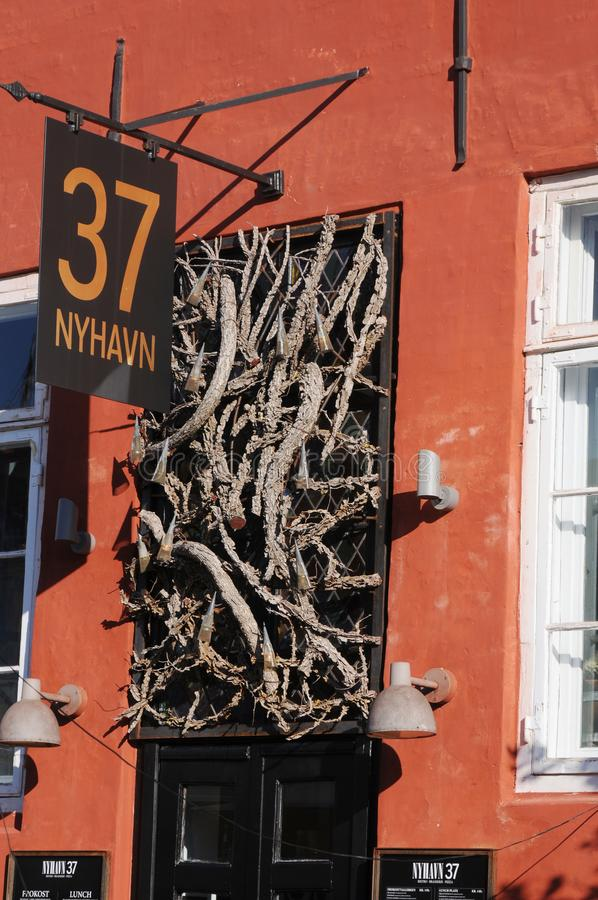 TOURISTS NA AILY LIFE AT NYHAVB CANAL COPENHAGEN royalty free stock image