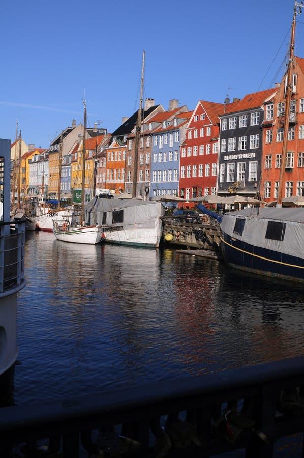 TOURISTS NA AILY LIFE AT NYHAVB CANAL COPENHAGEN royalty free stock photography