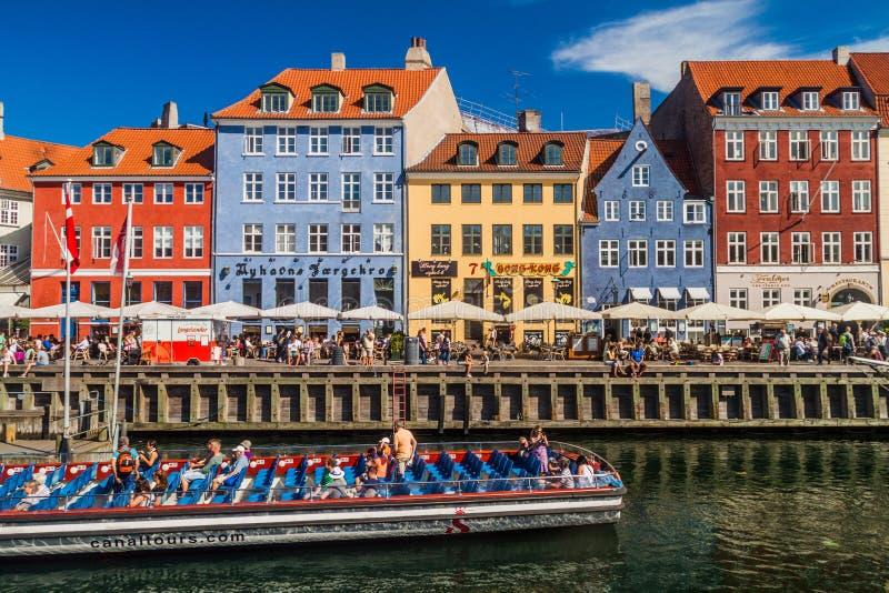 COPENHAGHEN, DANIMARCA - 26 AGOSTO 2016: Distretto e barche di Nyhavn a Copenhaghen, Denma fotografie stock libere da diritti