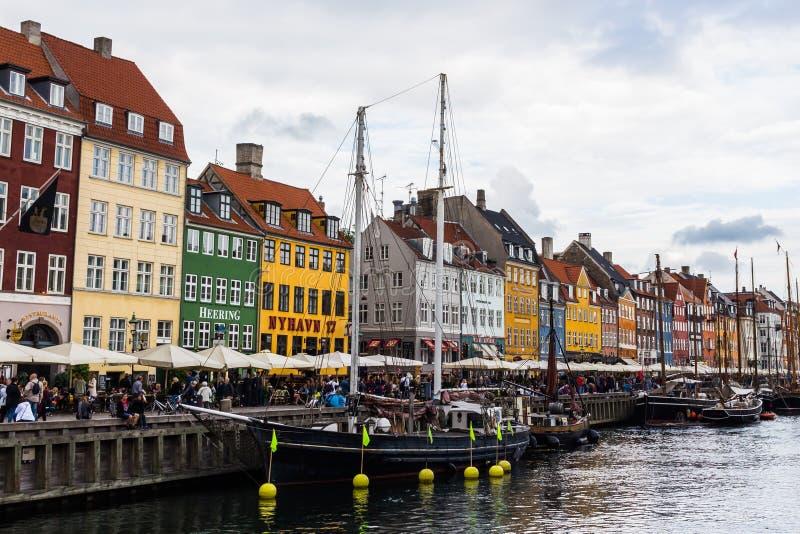 COPENHAGHEN, DANIMARCA - CIRCA 2016 - Nyhavn è un lungomare, un canale e un distretto del XVII secolo di spettacolo a Copenhaghen immagine stock