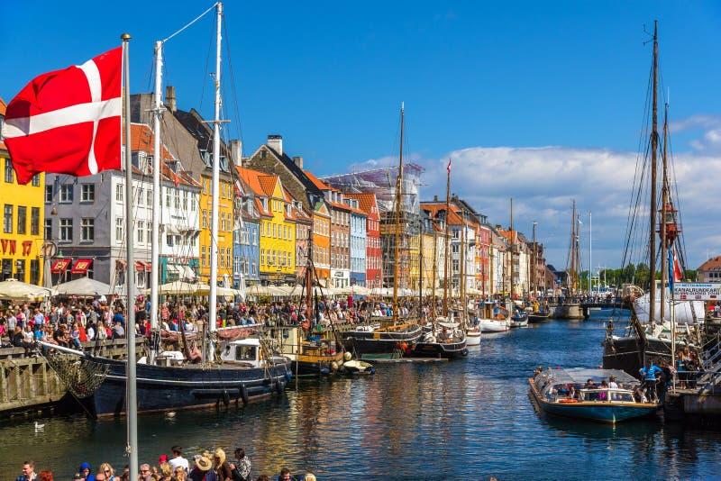 COPENHAGHEN, DANIMARCA - 29 MAGGIO: Barche in Nyhavn il 29 maggio 2014 dentro fotografie stock libere da diritti