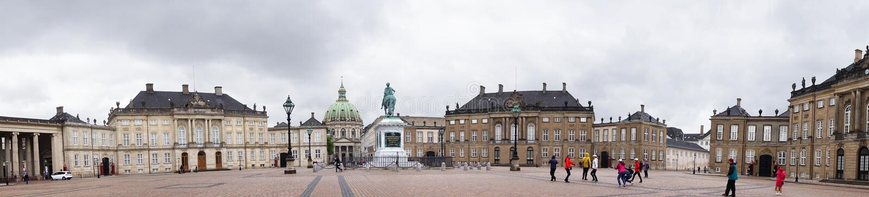 COPENHAGHEN, DANIMARCA - 31 MAGGIO 2017: Quadrato di Amalienborg Slotsplads con una statua equestre monumentale del fondatore del fotografie stock libere da diritti