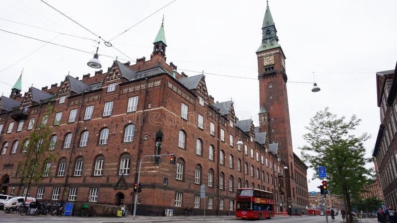 COPENHAGHEN, DANIMARCA - 31 MAGGIO 2017: Vista laterale di Københavns Rådhus del comune di Copenhaghen con la torre di orologio immagini stock