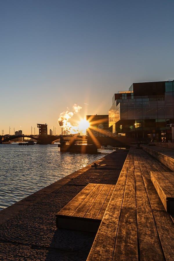 Copenhaghen, Danimarca 28 novembre 2018 Bello tramonto Quay vicino alla biblioteca reale di Copenhaghen fotografia stock libera da diritti