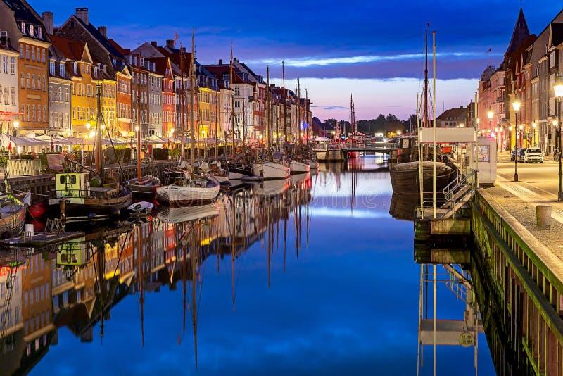 copenhague Canal de Nyhavn, casas coloridas y terraplén de la ciudad en la salida del sol imagenes de archivo
