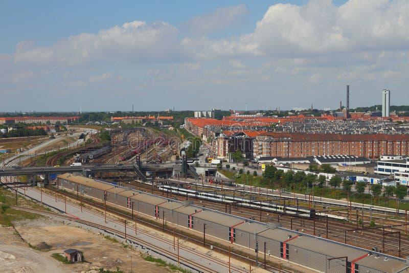 Copenhague, Danemark - 9 juin 2012 : Voies et ville de chemin de fer photo libre de droits
