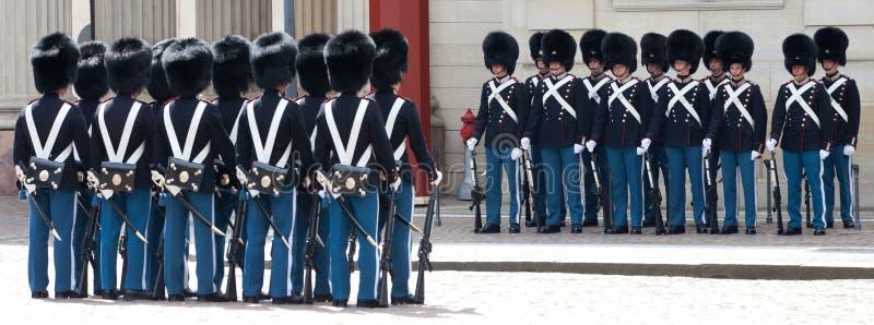 COPENHAGUE, DANEMARK - 17 MAI 2012 : Accrocher de ¡ de Ð de la garde d'honneur à Royal Palace Amalienborg à Copenhague photographie stock