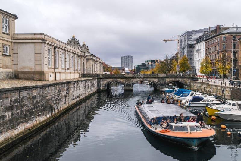 Copenhague - 23 de octubre de 2016: Vista al puente de Marmorbroen y al área próxima, con los turistas visitando la ciudad por un imagen de archivo