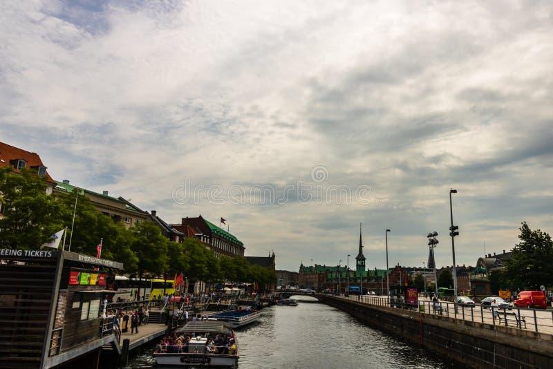 Copenhague, Dinamarca - 2019 Calle que hace compras principal en Copenhague, Dinamarca Turistas que vagan en las calles foto de archivo