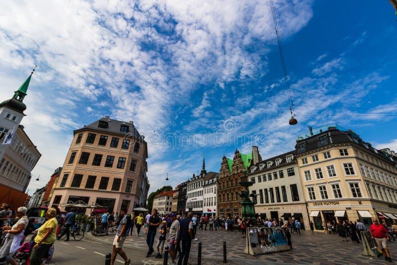 Copenhague, Dinamarca - 2019 Calle que hace compras principal en Copenhague, Dinamarca Turistas que vagan en las calles fotografía de archivo libre de regalías