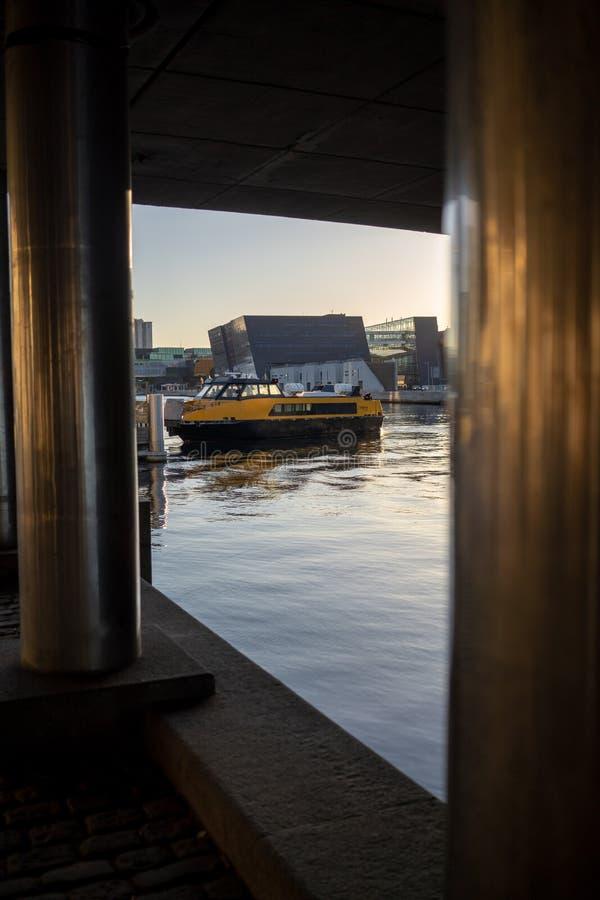 Copenhague, Dinamarca - 1 de abril de 2019: Autobús amarillo del barco del transporte público en Copenhague el día soleado fotos de archivo