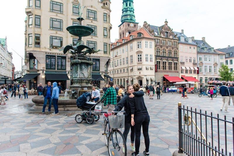 COPENHAGUE, DINAMARCA - 24 DE AGOSTO DE 2015: Copenhague céntrica, fuente famosa dinamarca imagen de archivo