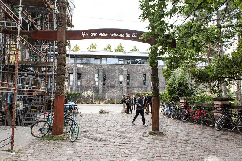 COPENHAGUE, DINAMARCA - 25 DE AGOSTO DE 2015: Entrada y salida de Christiania, Copenhague, Dinamarca Paisaje urbano imagen de archivo libre de regalías
