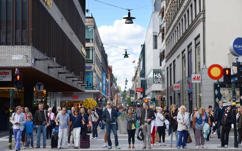 Copenhague, Dinamarca - 25 de agosto de 2014 - gente camina abajo de la calle de Stroget de la muchedumbre en Copenhague, Dinamar foto de archivo libre de regalías