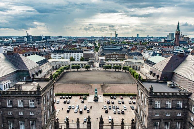 COPENHAGUE, DINAMARCA - 25 DE AGOSTO DE 2015: Palacio del parlamento en Copenhague, Dinamarca Paisaje urbano foto de archivo