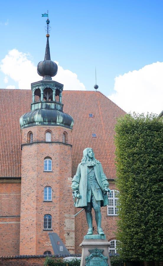 Copenhague, Dinamarca - 25 de agosto de 2014: Peder Griffenfeld Statue Griffenfeld era un estadista danés En el fondo es el Roya fotografía de archivo