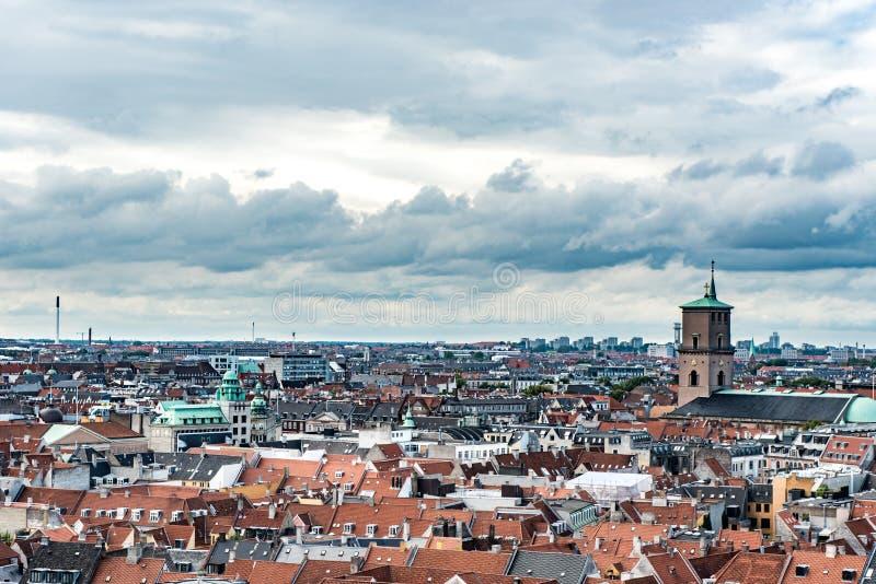 COPENHAGUE, DINAMARCA - 25 DE AGOSTO DE 2015: Tejado paisaje urbano de Copenhague, Dinamarca fotos de archivo