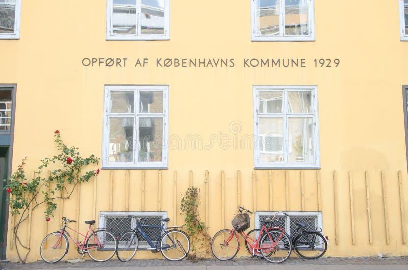 Copenhague, Dinamarca - 25 de agosto de 2014 - visión diaria en Conpenhagen, pared amarilla, luz caliente del sol, palabra danesa imagenes de archivo