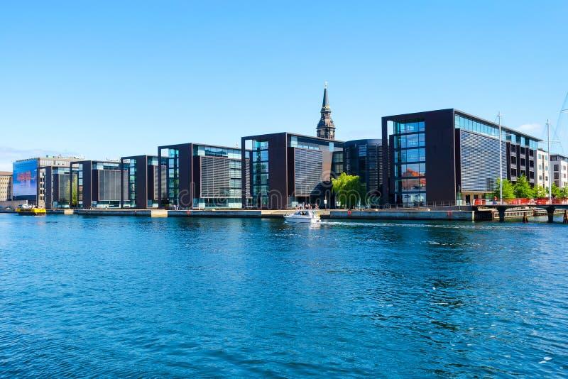 Copenhague, Dinamarca - 9 de julio de 2018 Arquitectura moderna hermosa de Copenhague en el banco del canal Configuración imágenes de archivo libres de regalías