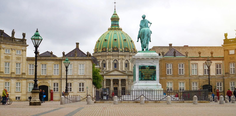 COPENHAGUE, DINAMARCA - 31 DE MAYO DE 2017: bandera panorámica de Amalienb fotos de archivo
