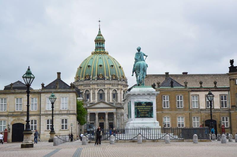 COPENHAGUE, DINAMARCA - 31 DE MAYO DE 2017: Cuadrado de Amalienborg Slotsplads con una estatua ecuestre monumental del fundador d fotos de archivo