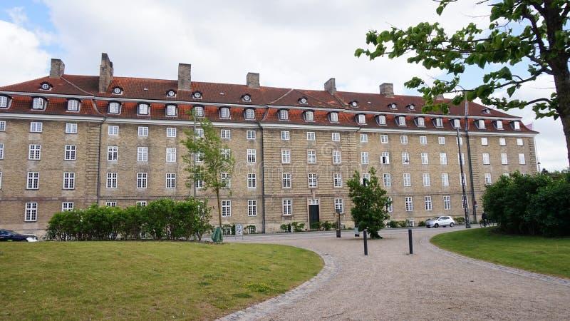 COPENHAGUE, DINAMARCA - 31 DE MAYO DE 2017: gran edificio en estilo danés con diversas ventanas para el piso en la calle de Øste fotos de archivo libres de regalías